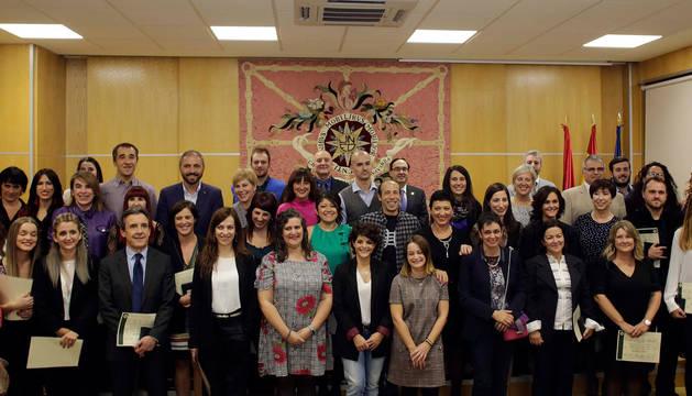 foto de Los titulados del centro de la UNED de Pamplona que ayer recogieron sus diplomas posaron en una foto de grupo al final del acto.