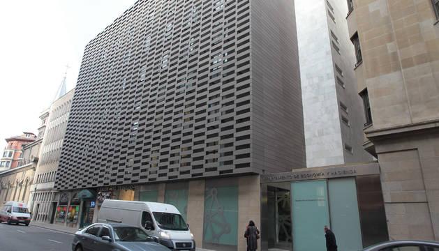 Vista de la fachada del departamento de Hacienda foral, en Pamplona.
