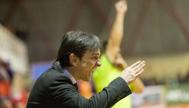 Imanol Arregui da órdenes a sus jugadores, la temporada pasada en el Ciudad de Tudela ante el Aspil Vidal.