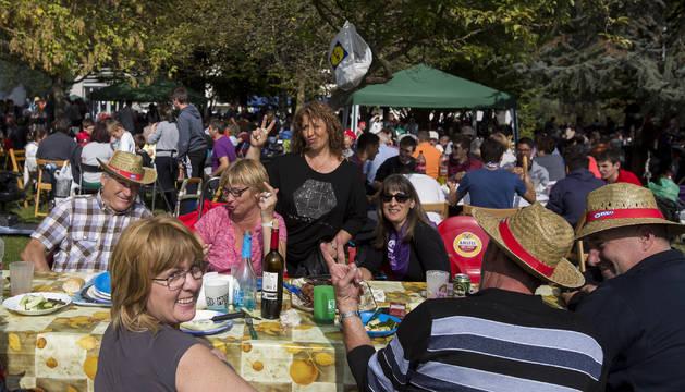 Apenas quedaron huecos en el parque Ribed para montar mesas ante la afluencia de cuadrillas y familias a la costillada de Villava.