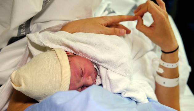 Un recién nacido, con su madre, en la maternidad del Hospital de Navarra.