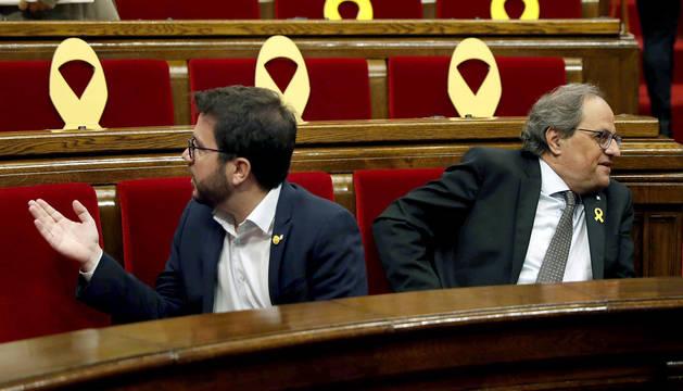 El presidente de la Generalitat Quim Torra (d) y el vicepresidente, Pere Aragonès al inicio del pleno del Parlament.