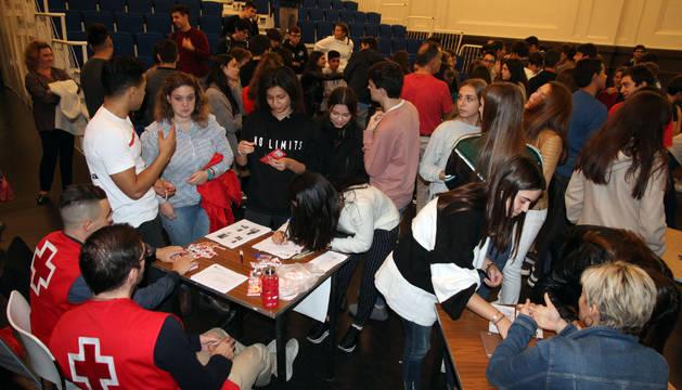Varios jóvenes se inscriben en las entidades tras escuchar la charla y las necesidades de cada una.