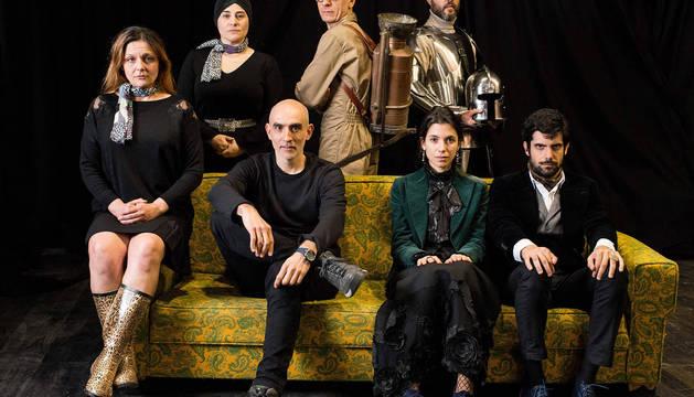 Alfredo Sanzol, junto a los actores que componen el reparto de La valentía. Sentada a la derecha, la actriz navarra Natalia Huarte.