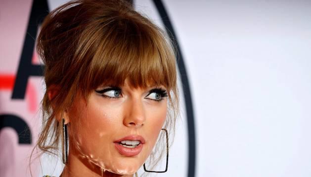 Taylor Swift, con cuatro galardones incluyendo la categoría reina de artista del año, y la latina Camila Cabello, ganadora de otro póker de reconocimientos, reinaron en los premios