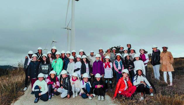 Alumnas de 5º y 6º de educación primaria del colegio público Hermanas Úriz Pi, de Sarriguren, visitaron ayer el parque eólico del Perdón. Lo hicieron de la mano de Acciona y de la fundación Inspiring Girls.