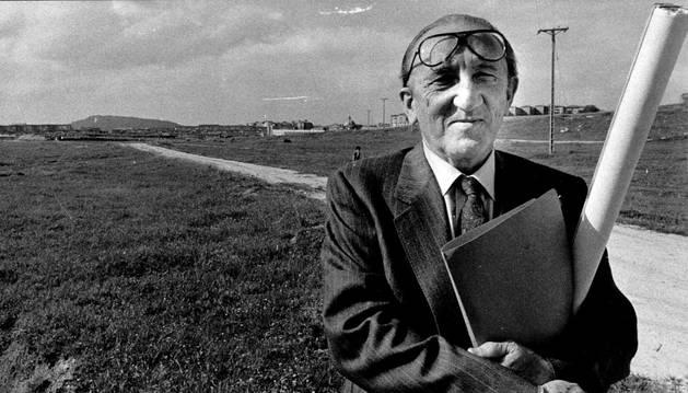 Francisco Javier Sáenz de Oiza posa en 1988 en los terrenos del Plan Sur de Pamplona donde erigió el campus de la Universidad Pública de Navarra (UPNA).