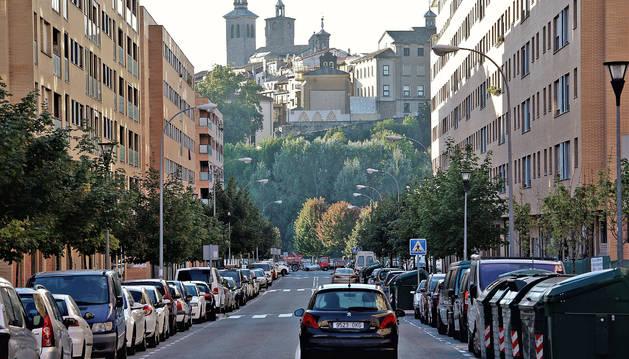 La calle Juslarocha es una de las avenidas más representativa de la Rochapea. Sin embargo, los vecinos sufren a diario el rompecabezas del aparcamiento.