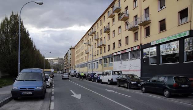 Errotazar. De la misma manera que la calle Río Arga, las avenidas más cercanas al cauce son las primeras en las que los huecos para aparcar escasean y en las que los conductores se ven obligados a dar una vuelta tras otra.