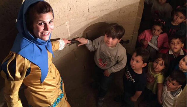 Un grupo de niños accede a una de las torres del Palacio Real durante el transcurso de una visita guiada dirigida a las familias.