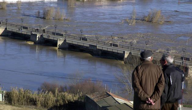 LA RIADA DE 2003 Imagen del paso del Ebro por el puente de Tudela durante la crecida de 2003.