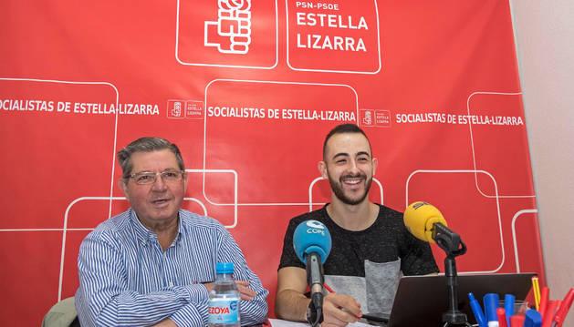 Ignacio Sanz de Galdeano y Jorge Crespo, ayer en la sede de los socialistas de Estella.