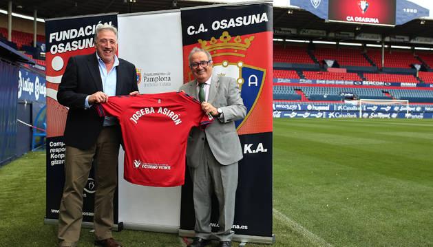 Luis Sabalza hizo entrega a Joseba Asiron de una camiseta de Osasuna con su nombre.