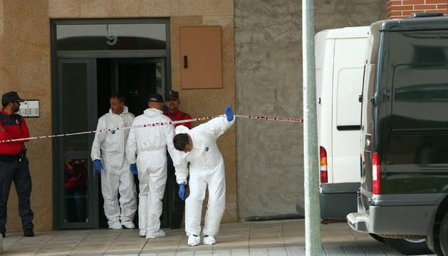 Agentes de la Policía Foral, en el portal del piso donde ocurrieron los hechos.