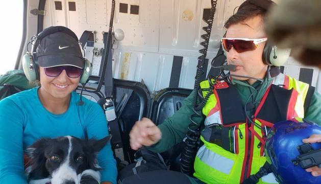 Alejandra Arciniega de los Santos, Xare y un miembro del GREIM, en el vuelo en helicóptero.