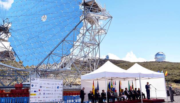 El ministro de Ciencia, Innovación y Universidades, Pedro Duque (dcha.), durante la inauguración en La Palma del telescopio LST,.