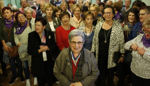 Pilar Labiano Basarte, misionera dominica homenajeada ayer en el Ayuntamiento de Villava, rodeada de vecinas y antiguas alumnas.
