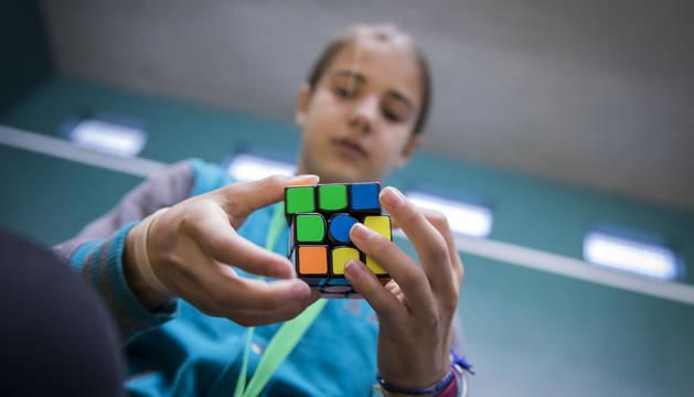 Una competidora monta el cubo clásico en el XV Campeonato de España de Speedcubing.