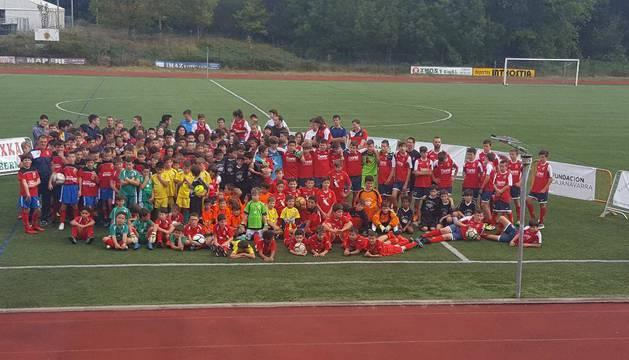 Una imagen de las plantillas que componen la sección de fútbol en la Sociedad Deportiva Alsasua, ayer en Dantzaleku.