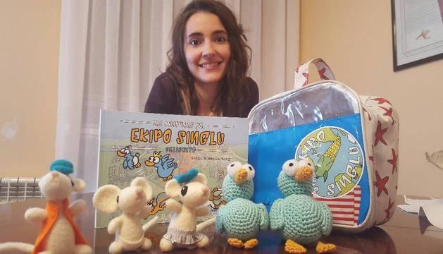 La olaztiarra Rakel Borrega Imaz, con el despliegue de muñecos que ilustran su cuento.