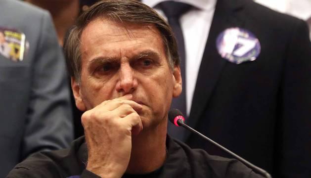 El candidato ultraderechista del partido PSL a la presidencia de Brasil, Jair Bolsonaro, ofrece una conferencia de prensa
