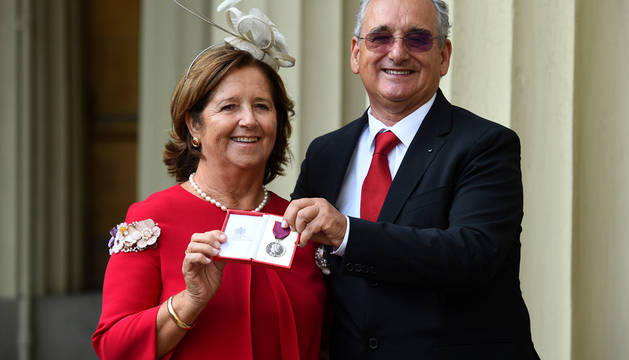 Los padres de Ignacio Echeverría muestran la medalla al valor a título póstumo.
