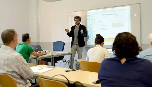 Mikel Cabestrero, profesor de márketing, en clase con sus alumnos en la Cámara de Comercio.