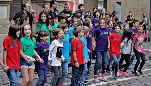 Iruñea Kantuan se presentó ayer con música en la plaza del Ayuntamiento.