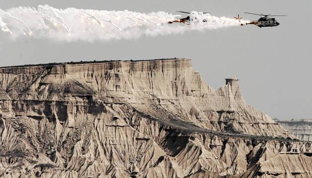 Dos helicópteros lanzan bengalas durante unas maniobras en el polígono de Bardenas.