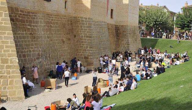 Las 42 cuadrillas se repartieron el espacio de los fosos del castillo para elaborar sus calderos.