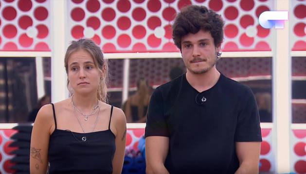 María y Miki, en el momento del pase de micros en el que Noemí les comunicaba que no podrán sustituir la palabra 'mariconez' del tema de Mecano.