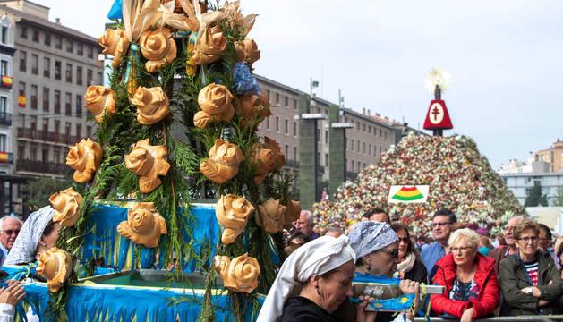 Cientos de oferentes han llevado sus productos de la tierra a la Virgen del Pilar de Zaragoza durante la tradicional Ofrenda de Frutos a la Virgen