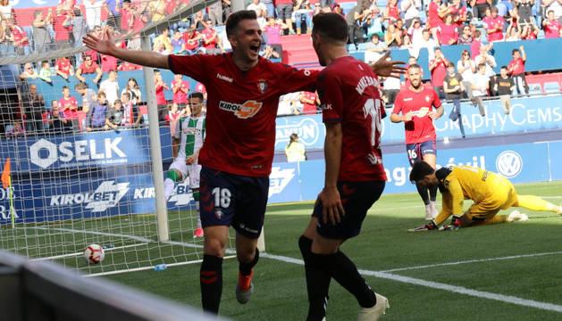 Juan Villar celebra el primer gol de Osasuna contra el Córdoba.