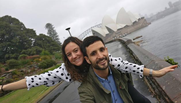 Lucía Córdoba y Miguel Arbeloa,  con la imagen ya icónica de la ópera de Sídney de fondo, en un nebuloso día.