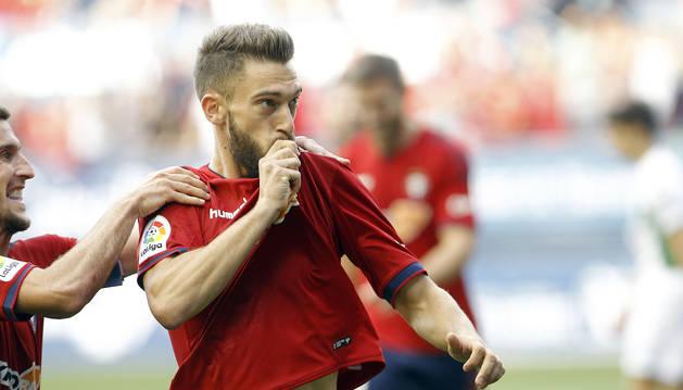 Roberto Torres se besa el escudo delante de la afición de Graderío Sur para celebrar el gol que marcó al Córdoba.