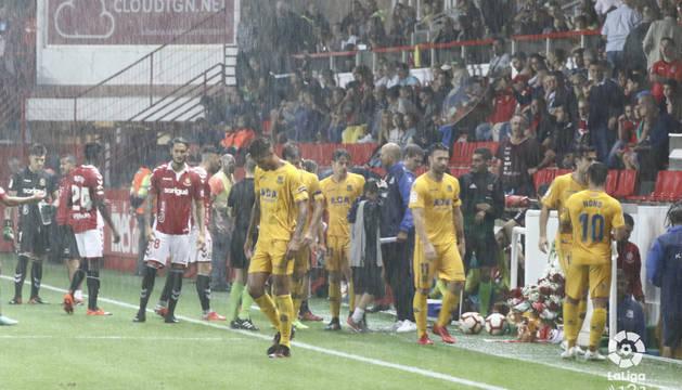 Los jugadores del Nàstic y del Alcorcón se retiran a los vestuarios tras decretar el colegiado la suspensión del partido.