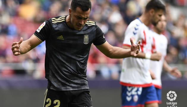 El delantero del Oviedo Joselu se lamenta tras fallar una ocasión.