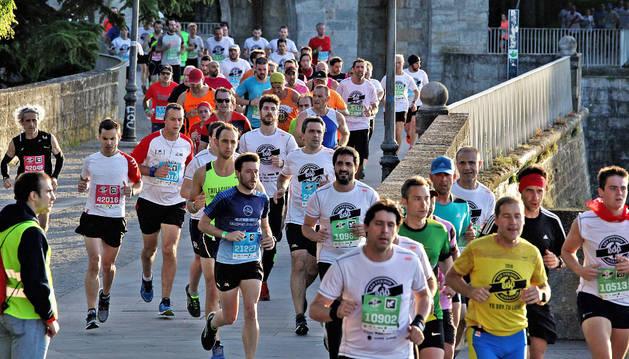 Un grupo de participantes en la edición del pasado año, afrontando un tramo por las murallas tras cruzar el Portal Nuevo.