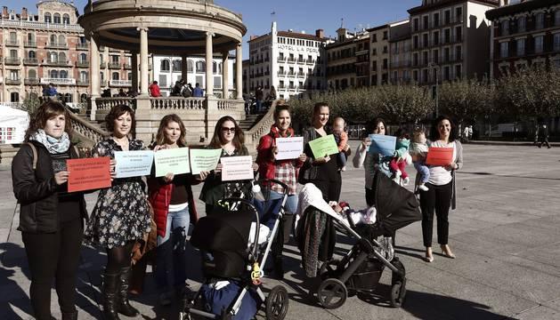Un grupo de madres han grabado en la Plaza del Castillo de Pamplona un vídeo exigiendo la devolución del IRPF en las prestaciones recibidas por maternidad.