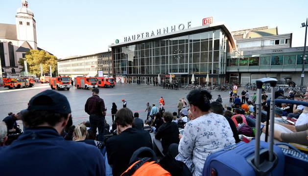 Una multitud ha sido evacuada este lunes de la estación central de Colonia (Alemania).