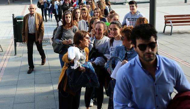 Fernando Lizaur, a la izquierda de la imagen, junto a la cola de personas que ayer aguardaba para presentar su solicitud.