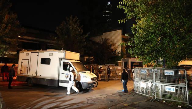 Agentes de la policía forense turca abandonan el Consulado de Arabia Saudí tras participar en la investigación de la desaparición del periodista Jamal Khashoggi en Estambul (Turquía).