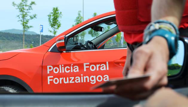 Un agente de la Policía Foral durante un control preventivo