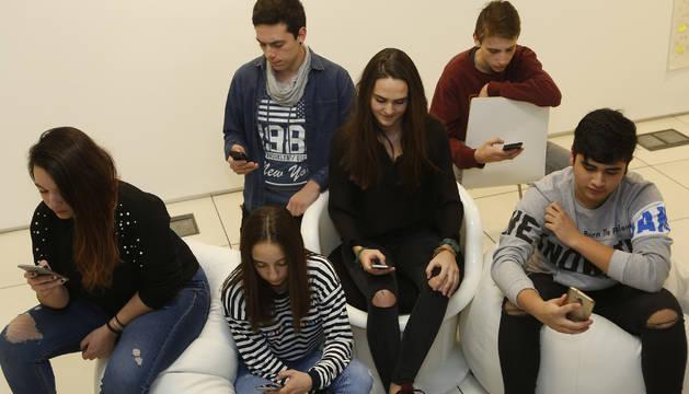 Jóvenes consultan y 'whatsapean' con su teléfonos móviles