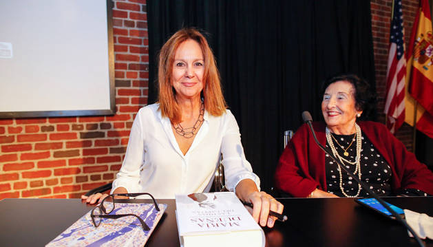 La escritora española María Dueñas (i), junto a María Rozas Mazo, participa en una charla con familias de inmigrantes españolas llegadas a Brooklyn hace un siglo