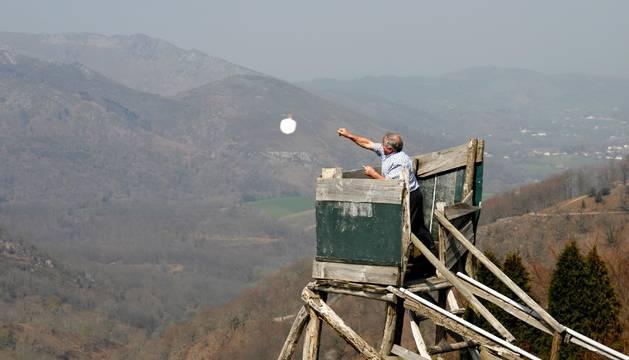 Un palomero lanza una paleta desde una de las torres.