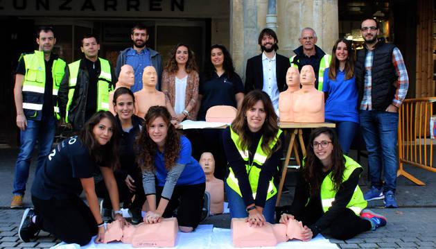El grupo de médicos del hospital García Orcoyen de Estella que este jueves mostró cómo hacer una RCP en la plaza de los Fueros.