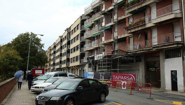 Calle Río Ega en el barrio de Azpilagaña, que concentra buena parte de las licencias para bajeras en ese barrio.