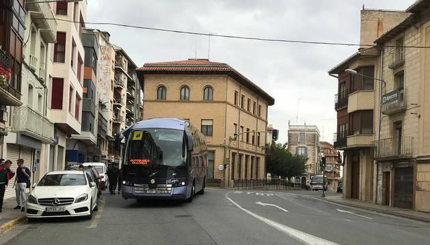 Autobús que realiza la ruta Funes-Calahorra a su paso por el centro de Peralta.
