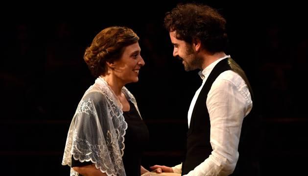 Clara Segura, en una escena de Bodas de sangre junto a Pau Roca, que interpreta al Novio.